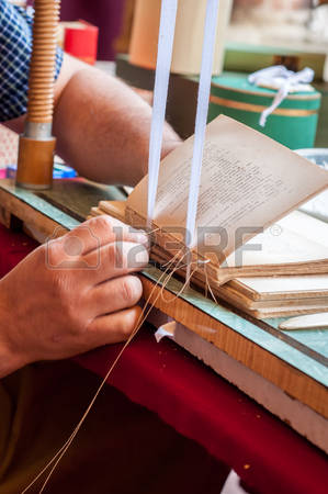 71015573-livre-processus-de-liaison-pages-de-liaison-des-travailleurs-masculins-r-paration-d-un-vieux-livre-l